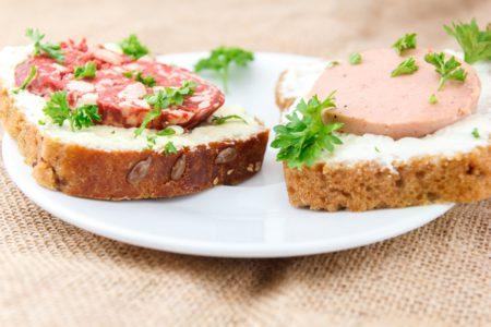 Бутерброд с колбасой и маслом-плавленым сыром